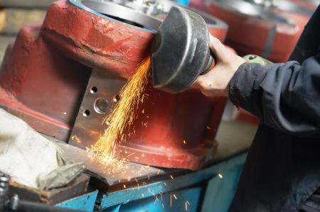 asamblea: close-up proceso de molienda, con la herramienta eléctrica