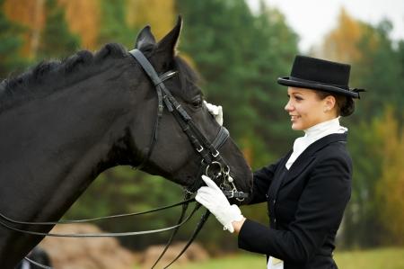 femme et cheval: jockey cavali�re en uniforme avec le cheval