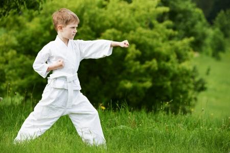 judo: Little boy hacer ejercicios de karate