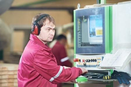 operante: Ritratto di carpenteria lavoratore con macchina CNC Archivio Fotografico