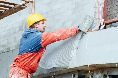 craftsman: Del constructor en obras de enlucido de fachada Foto de archivo