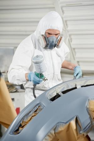 mecanico automotriz: mecánico de automóviles pintura auto de choque Foto de archivo