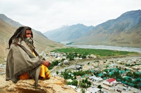 hombre con barba: Sadhu monje indio