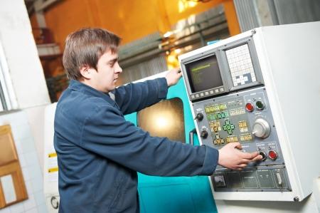milling center: lavoratore presso il laboratorio di strumento