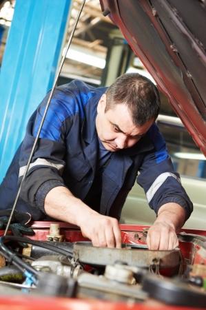 solucion de problemas: mecánico auto en el trabajo de reparación de vehículos de motor Foto de archivo