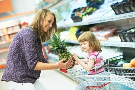 ni�os de compras: mujer y frutas peque�as compras ni�a