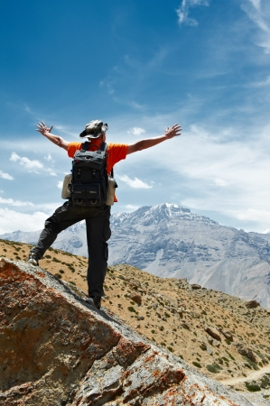 tour guide: Tourist hiker with map in mountains