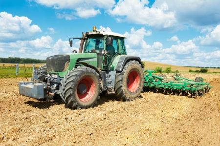 arando: Arado tractor en el trabajo de campo de cultivo