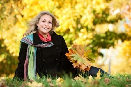 Vrouw bij de herfst buiten Stockfoto