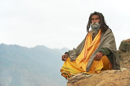 hombre con barba: Monje indio sadhu
