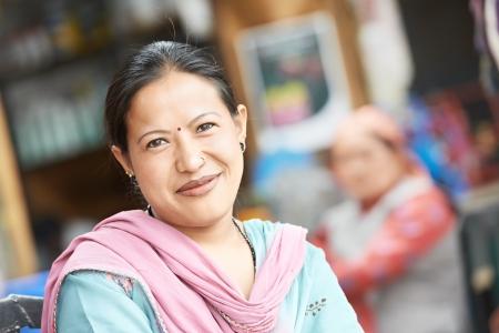 indigenas americanos: Mujer india hermosa en una sari sonriente al aire libre Foto de archivo