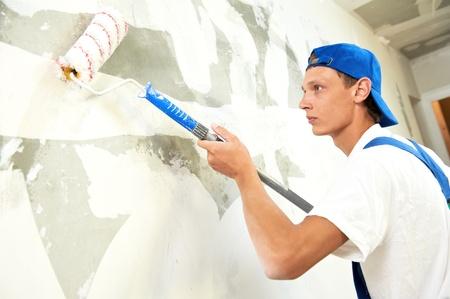 pintor: pintor en el trabajo de reformas del hogar con el primer Foto de archivo