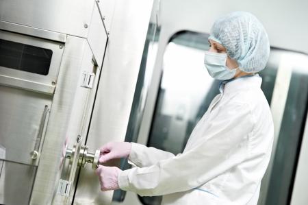 ouvrier d'usine pharmaceutique Banque d'images