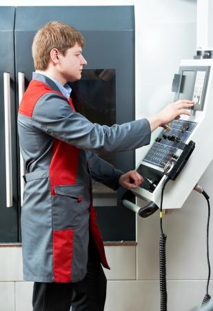 milling center: lavoratore operaio con centro di lavoro dell'utensile