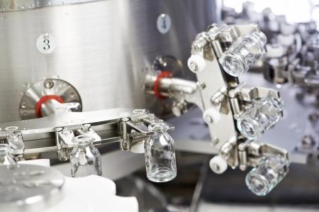 cleanness: farmaceutica rondella medicina del lavoro di pulizia e asciugatura di bottiglie vetro droghe in polvere Archivio Fotografico