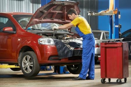garage automobile: m�canicien automobile au travail avec une cl�
