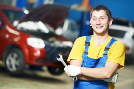 solucion de problemas: Reparador mecánico de automóviles en el trabajo Foto de archivo