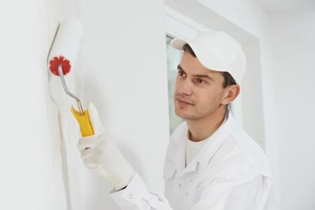 pintor de casas: casa pintor en el trabajo Foto de archivo