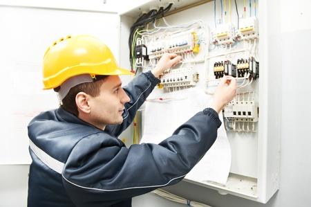 solucion de problemas: Electricista con el dibujo en el cuadro de la línea de alimentación