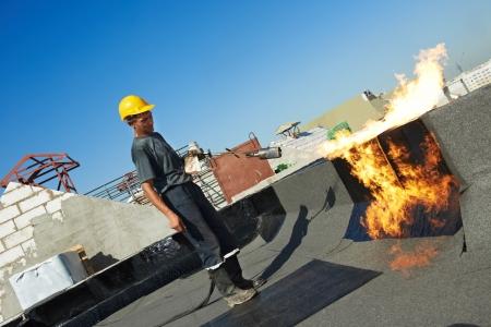Plat dakbedekking reparatiewerkzaamheden met dakleer