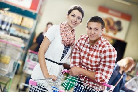 carro supermercado: Familia en la compra de alimentos en el supermercado