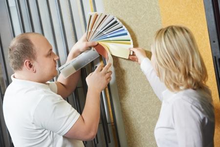 oficinista: Vendedor y comprador mismo color de pintura Foto de archivo