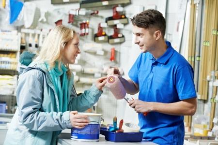 ferragens: Vendedor demonstrando rolo de pintura para o comprador