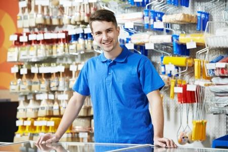 ferragens: Vendedor em loja da melhoria home