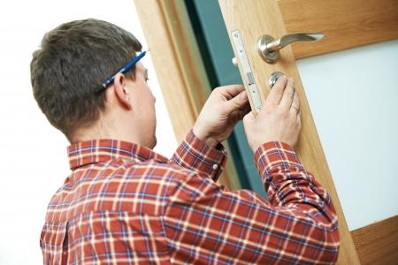 menuisier: charpentier lors de l'installation de verrouillage de porte