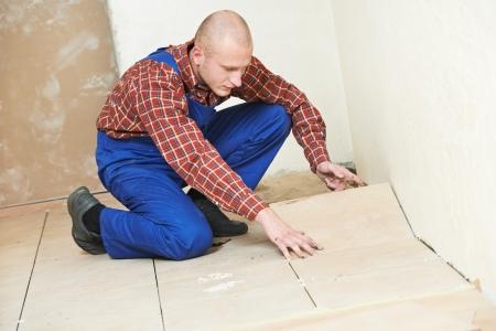 tegelwerk: tegelzetter thuis vloeren in renovatie Stockfoto