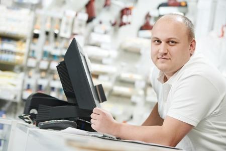 oficinista: Vendedor en la tienda de mejoras para el hogar
