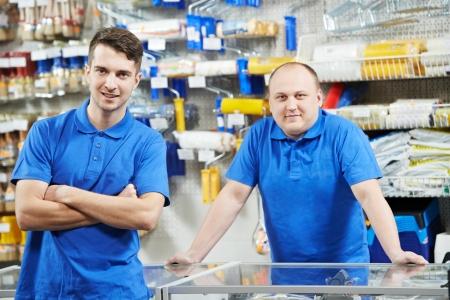 Verkopers team thuis verbetering winkel Stockfoto