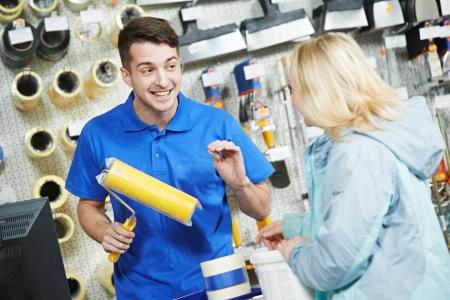 oficinista: Vendedor pintura rodillo demostrar al comprador
