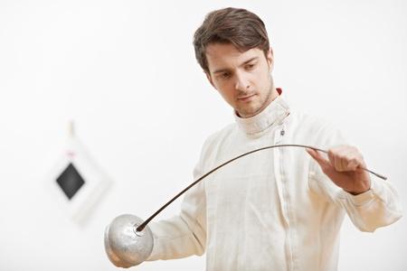 esgrimista: esgrimista comprobar l�mina estoque Foto de archivo