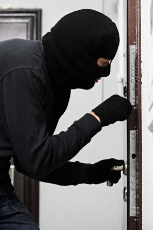 identity thieves: ladr�n ladr�n en casa ruptura Foto de archivo