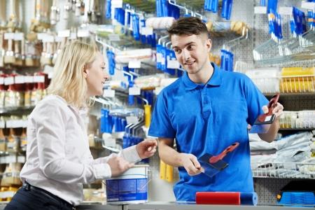 vendeurs: Vendeur d�montrant couteau � mastic pour l'acheteur