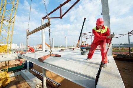 alba�il: constructor trabajador instalar losa de hormig�n