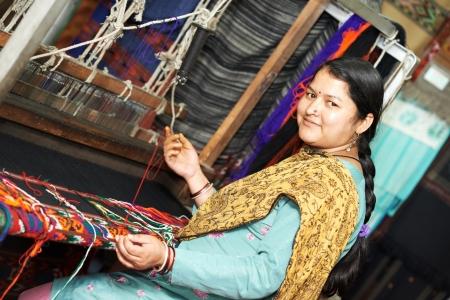 若いインド人女性の織工