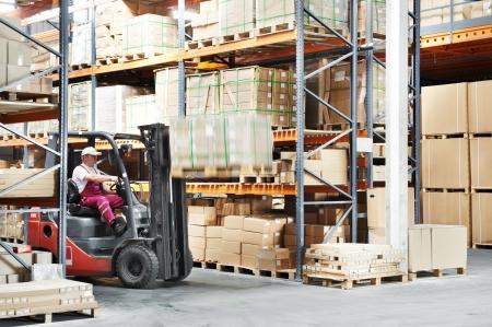 carretillas almacen: conductor trabajador de almacén carretilla elevadora cargador funciona Foto de archivo