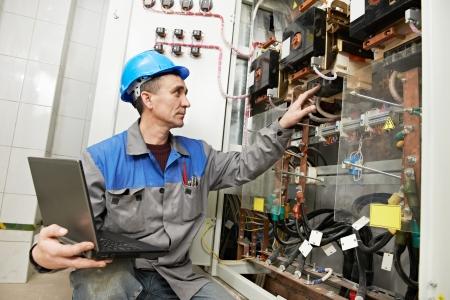 electricista: Electricista feliz trabajando en la caja de la línea de alimentación Foto de archivo