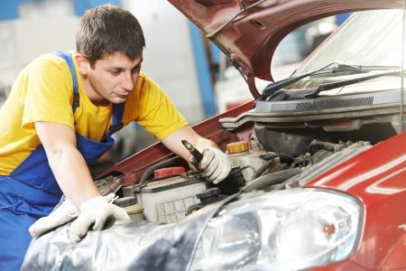 auto monteur: automonteur met bougie