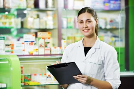 vendedores: Farmacia químico mujer en farmacia