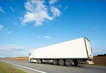 Parte posterior del remolque camión blanco en el cielo azul