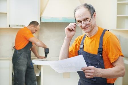menuisier: Portrait de travailleur installation de la cuisine