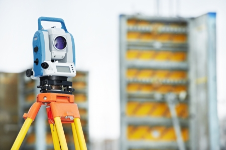 teodolito: Surveyor tacheometer equipo o al aire libre teodolito en el sitio de construcción Foto de archivo