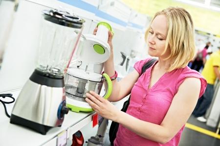licuadora: mujer de compras en el supermercado de electrodom�sticos Foto de archivo