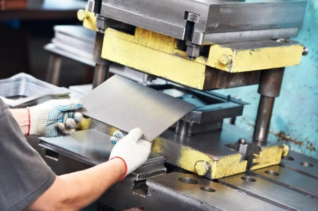 굽힘: 작업자 운영 금속판 압박 기계 스톡 사진