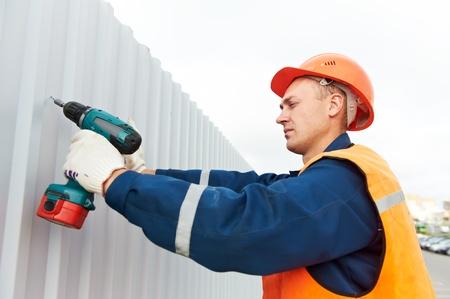 bouwer werknemer montage metalen constructie Stockfoto
