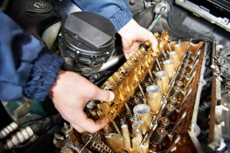 garage automobile: machanic réparateur réparation automobile à moteur de voiture