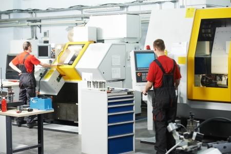 milling center: due lavoratori durante il laboratorio di strumento